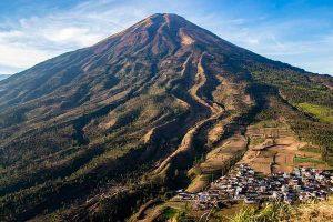 Pendaki yang Terpeleset Saat Mendaki di Gunung Sindoro Diselamatkan Tim SAR