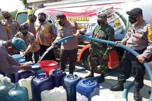 Polres Sragen Bakti Sosial Dengan Penyaluran 10 Tangki Air