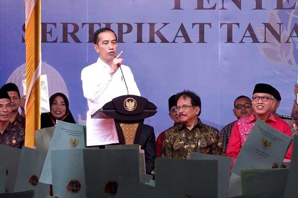 Jokowi Bagikan Sertifikat Tanah di Humbang Hasundutan