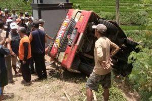 Minibus Rombongan Wisata Kecelakaan di Jatiyoso