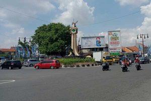 Pascademo Omnibus Law Di Bundaran Tugu Kartasura, Warga Bersih-Bersih Sampah