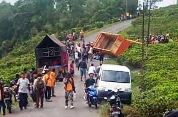 Truk Pengangkut 21 Pendaki Terguling Di Jenawi Karanganyar