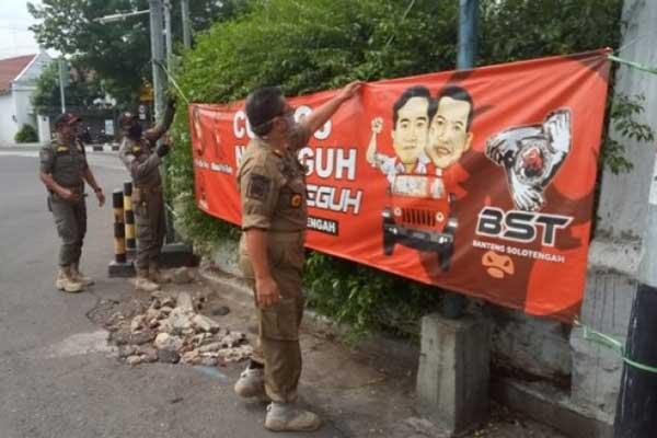 Ratusan APK Pilkada Solo 2020 Diturunkan Bawaslu Karena Salahi Aturan