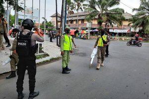 Tim Gabungan Bersenjata Tertibkan Baliho Habib Rizieq di Solo