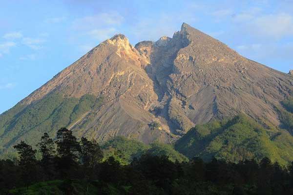 Gunung Merapi Muntahkan 4 Kali Awan Panas Guguran