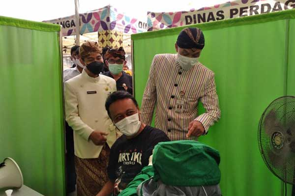 Ganjar Tinjau Vaksinasi Pedagang Pasar Klewer di Solo