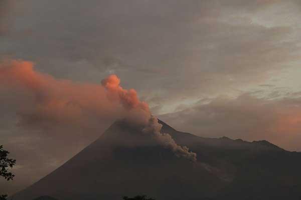 Guguran Lava Gunung Merapi Mulai Mengarah ke Sektor Tenggara