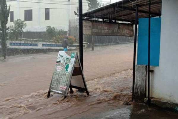 Video Banjir di Kawasan Wisata Tawangmangu Heboh di Medsos