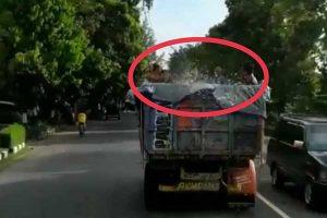 Polisi Ciduk Belasan Remaja Mandi Bareng di Bak Truk Berjalan di Sragen